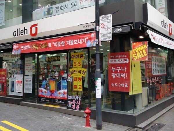 日本と似た市場構造の韓国。通信事業者や代理店の店舗は繁華街のどこにでもある(ソウル市内のKTショップ)