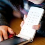 キッズケータイの認知度は70%。「小学生以下」で携帯を持たせたい親は40%以上という結果。