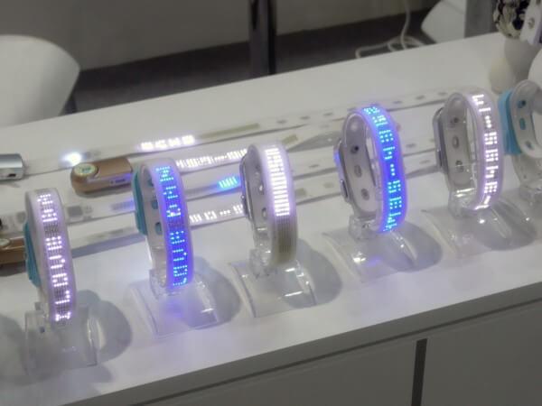 LEDライトで文字表示もできる!最新のペット用ウェアラブルデバイス製品|山根康宏のワールドモバイルレポート