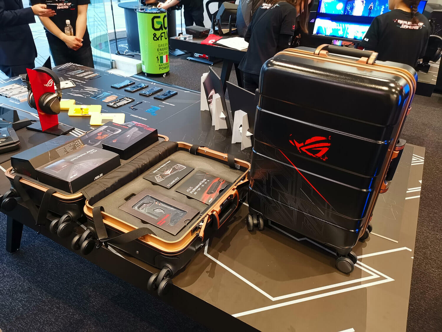 ASUS ROG Phone's rich peripherals also have a full set of suitcases