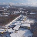 空から見た青森公立大学キャンパス(校舎群と近隣のモヤスキー場、奥は八甲田連邦)