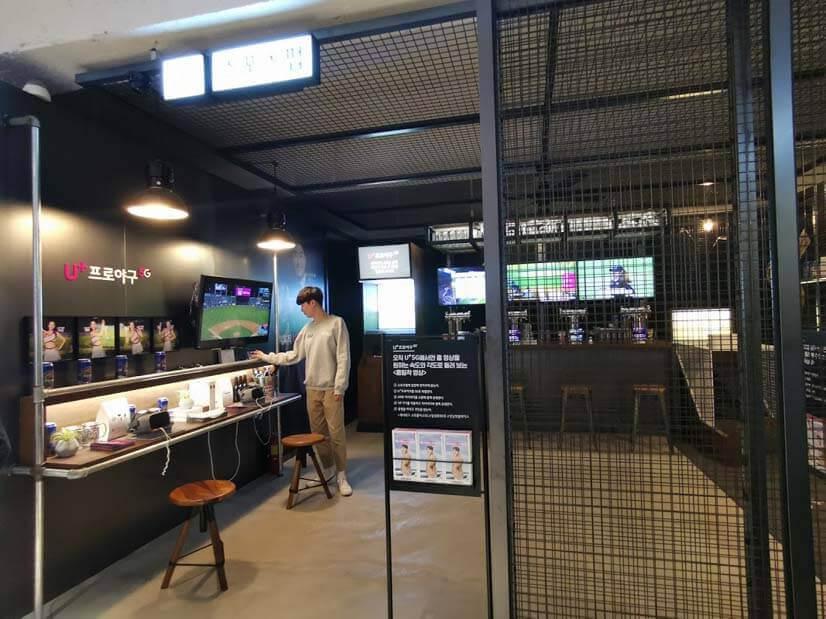 VRを使ってスタジアムのゲームを遠隔で楽しむスポーツバーのイメージ