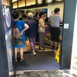 中国の飲食店にて。テーブルからQRコードで注文の店なのですが、スマホを持っていない方はカウンターまで料理を注文しに行かなくてはならず、不便なわけです