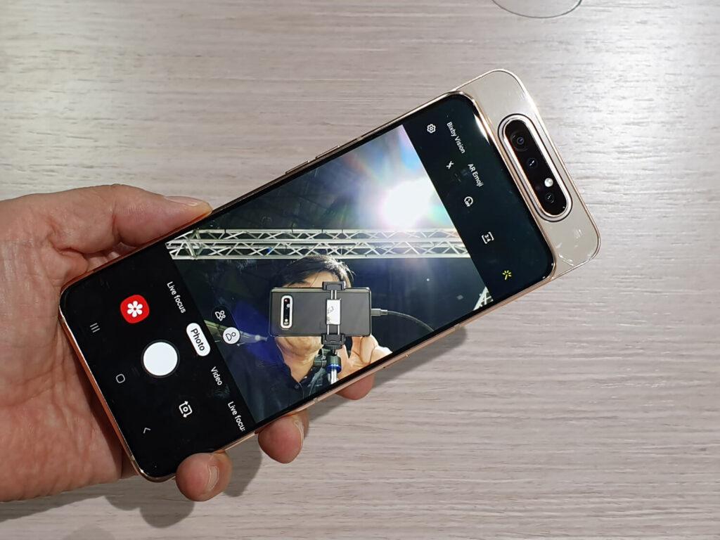 Galaxy A80のフロントカメラは、背面から上昇して前に回転する