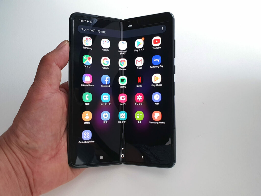 Galaxy Fold 5G。写真は4G版だが見た目は同等。この先進的な製品はぜひ出してほしい。