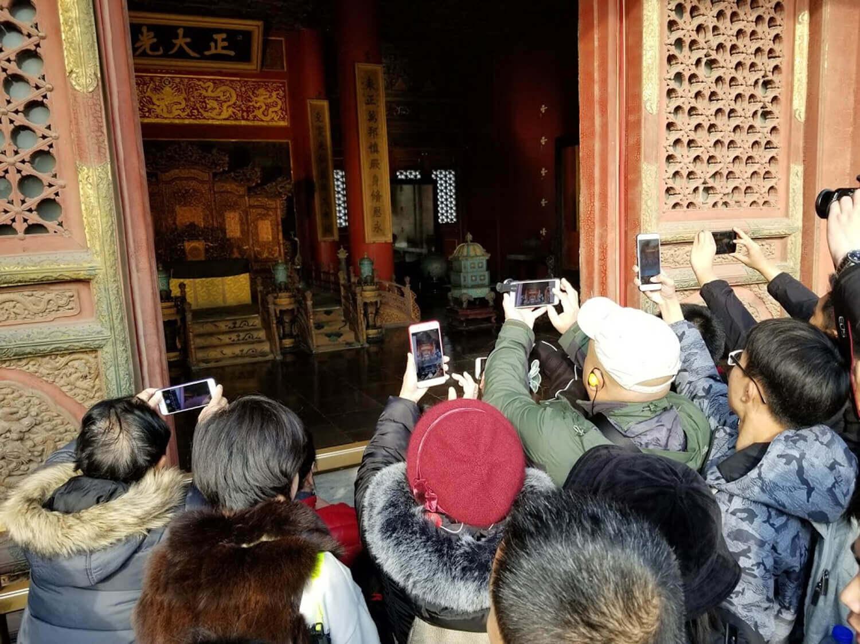 観光地でも記念撮影はスマートフォンを使うのが当たり前だ
