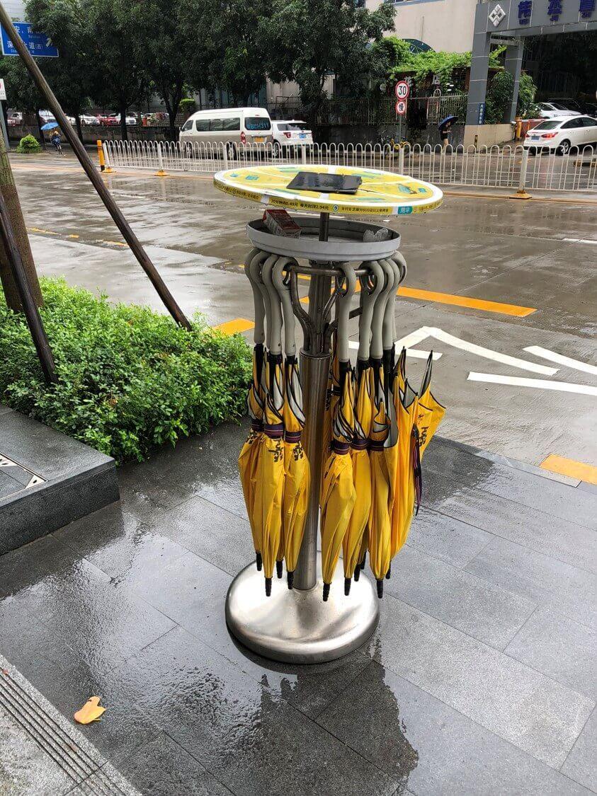 たとえばバス停近くにはこんなレンタル傘も