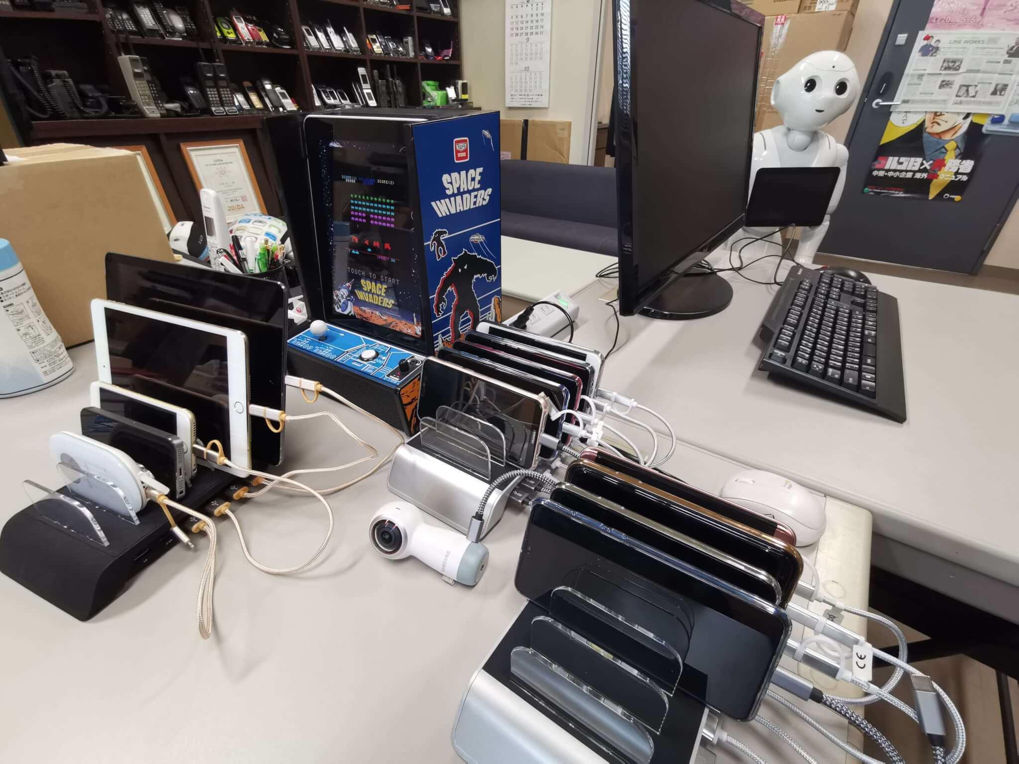 """筆者のデスク机上の""""埋蔵""""、、ではなかった、""""稼働中""""スマホたち"""