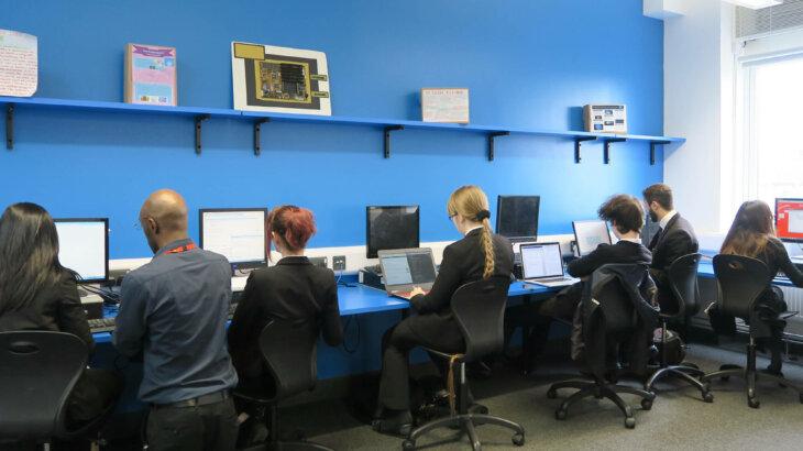 Townley Grammar校の様子 小学生が見学することもあるプログラミングの授業