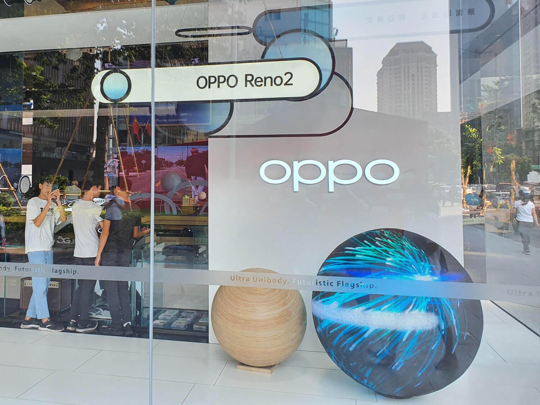 中国深センのOPPOの店舗もReno 2を大きくアピール