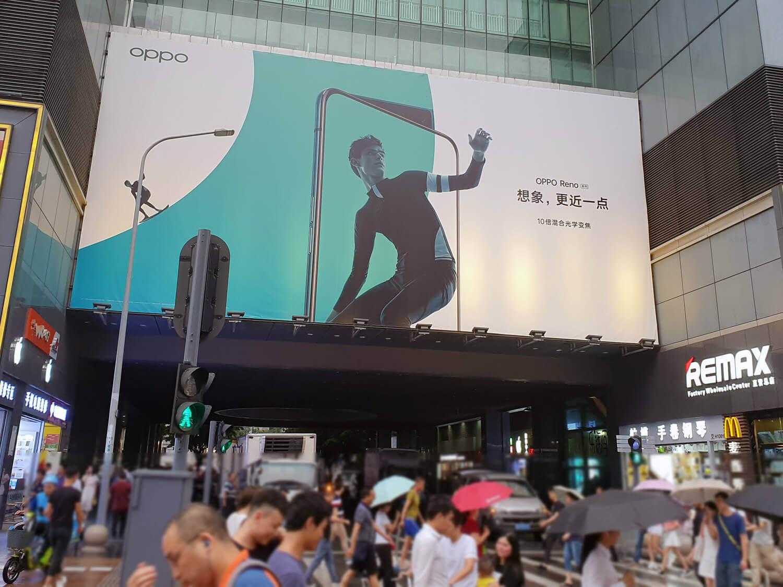 初代Renoの広告。10倍ズーム、そしておしゃれなイメージは中国でも話題になった