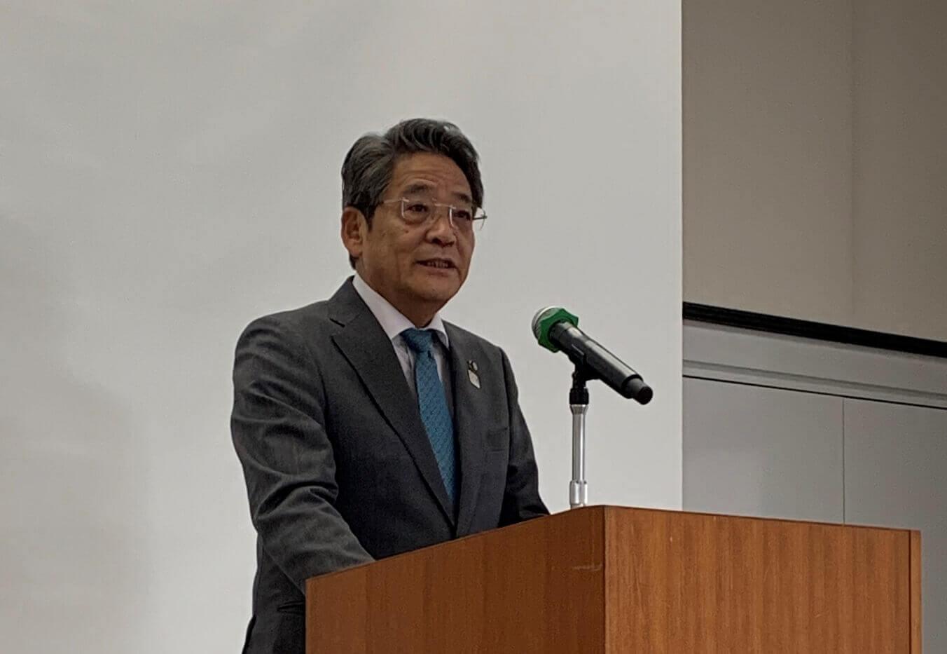 開会式であいさつされる飯塚市長の片峯誠氏