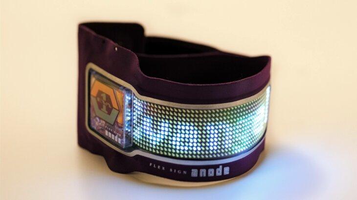曲がるウェアラブルLEDディスプレイ「FLEX SIGN anode」に エヴァンゲリオン仕様をリリース  スマホでメッセージ送信、12時間連続使用可能