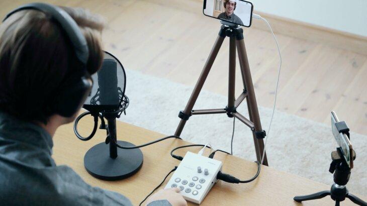 ROLAND「GO:LIVECAST」スマホからのライブ配信でテレビ番組のような演出を実現。テロップ、BGM、拍手などの効果音も充実!