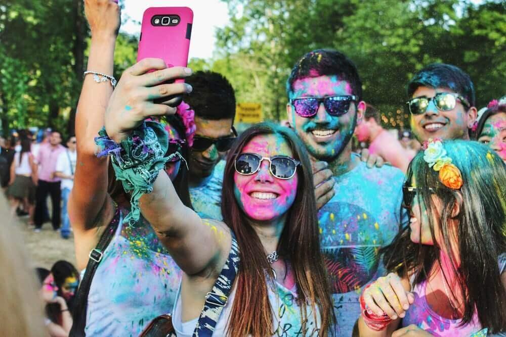 スマートフォンで自撮りを楽しむ人々