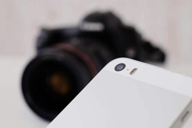 スマートフォンと一眼レフカメラ