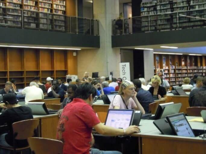 公共図書館でPCを使う人々