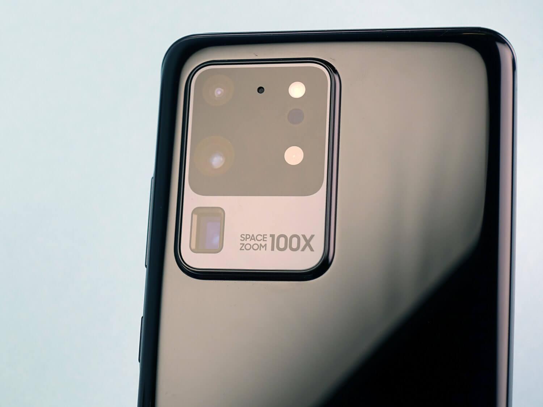 「100」の数字を大きくアピールするGalaxy S20 Ultraのカメラ周りデザイン