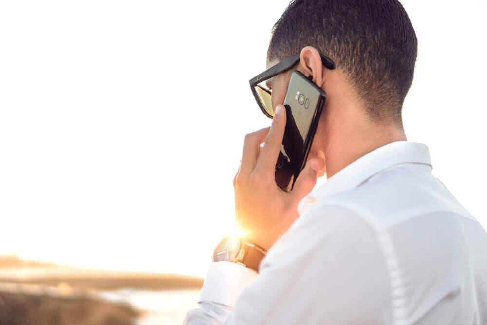 スマートフォンで通話する人