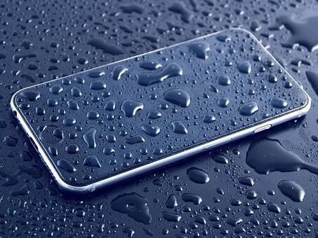 水に濡れたスマートフォン