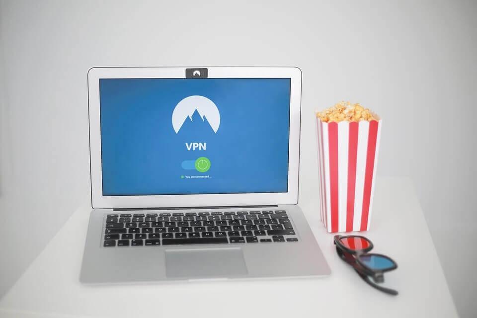 PCで映画を観るイメージ
