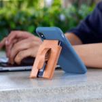 「MagBak」テレワークにも最適!どんな場所にも貼り付けられるiPhoneケース