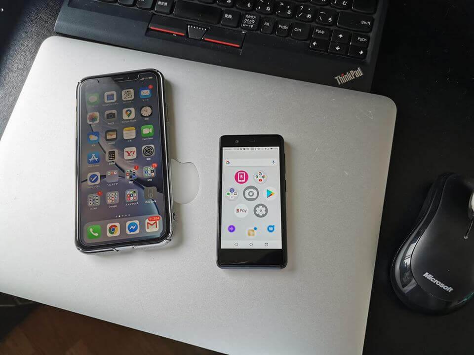 楽天モバイルでチョイスしたスマホはRakuten Mini。小っちゃくてかわいいんですよ。サイズの参考に、iPhone XRと並べています