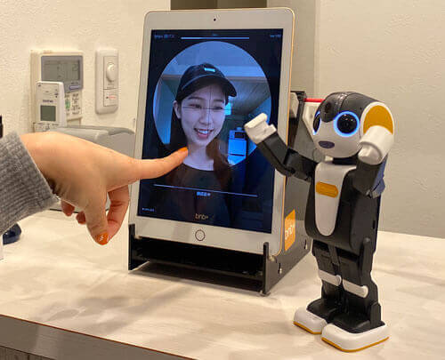 ホステル「bnb+ 虎ノ門店」にてモバイル型ロボット「RoBoHoN(ロボホン)」を活用したフロントデスク無人化を開始。