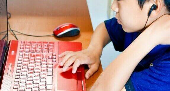 パソコンを使う中学生