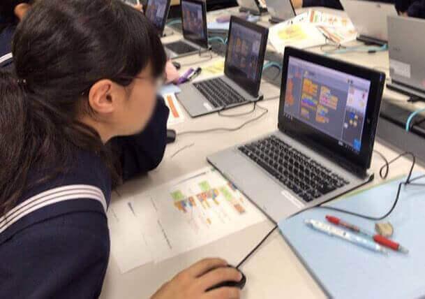 パソコンで学習する中学生