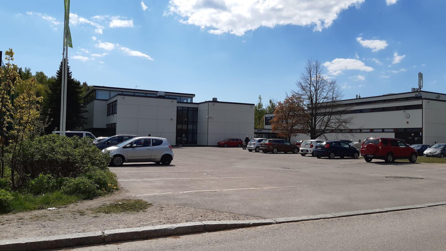 ロミ氏の息子さんが通う中学校。併設されている高校部は遠隔授業を継続中。撮影:Visa Lommi