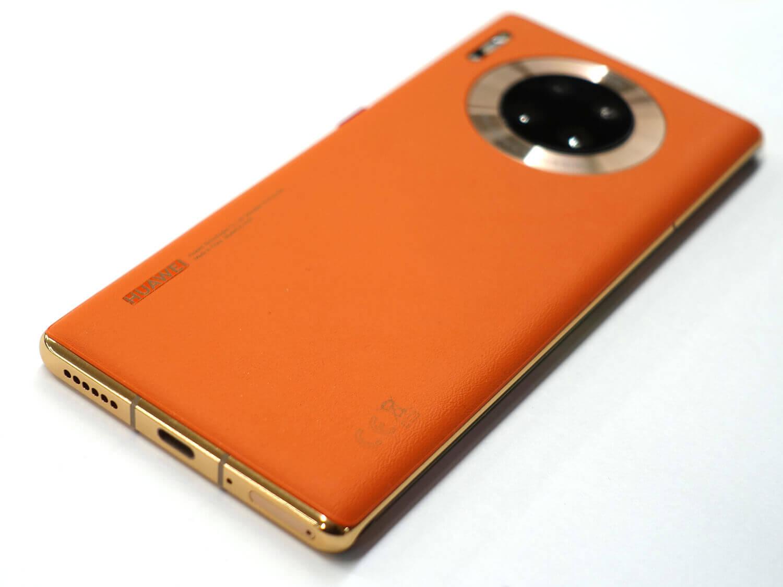 日本発売のMate 30 Pro 5Gはビーガンレザーのオレンジモデルだけの発売だ