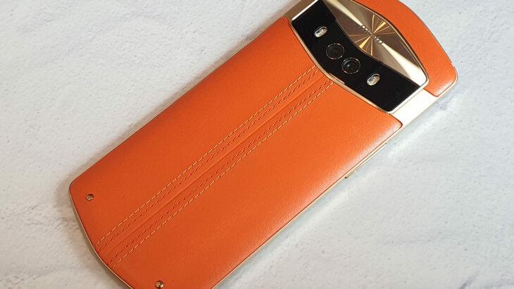 Meitu V7は本革を採用。革のほのかな香りや柔らかい手触りは本革ならでは