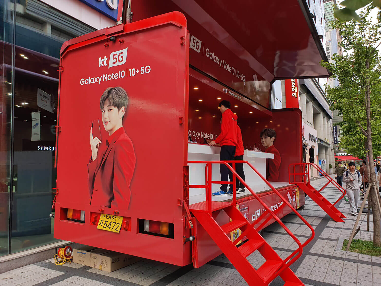 5Gサービスで当初は世界の先頭を走った韓国。繁華街では5Gのプロモーションをよく見かける