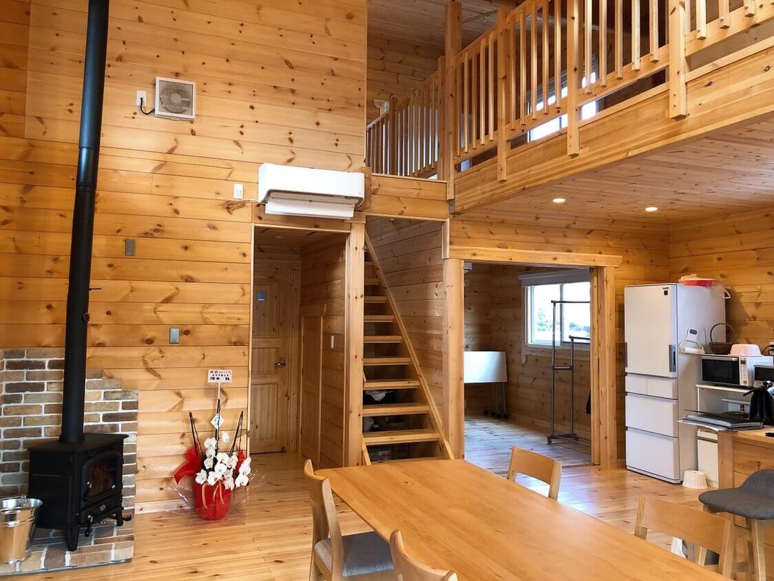 入口を入ったところ。木の壁と床が優しい印象