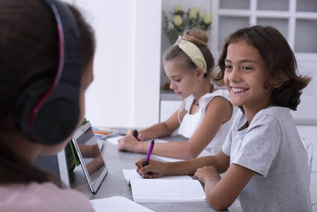 タブレットで学習する子どものイメージ
