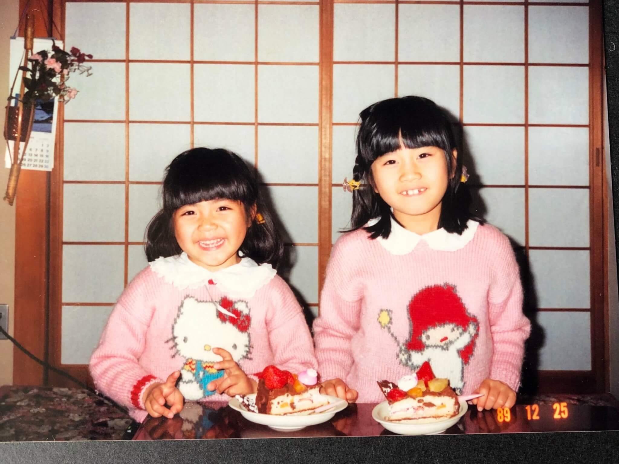 母の手編みのセーターを着た子供時代