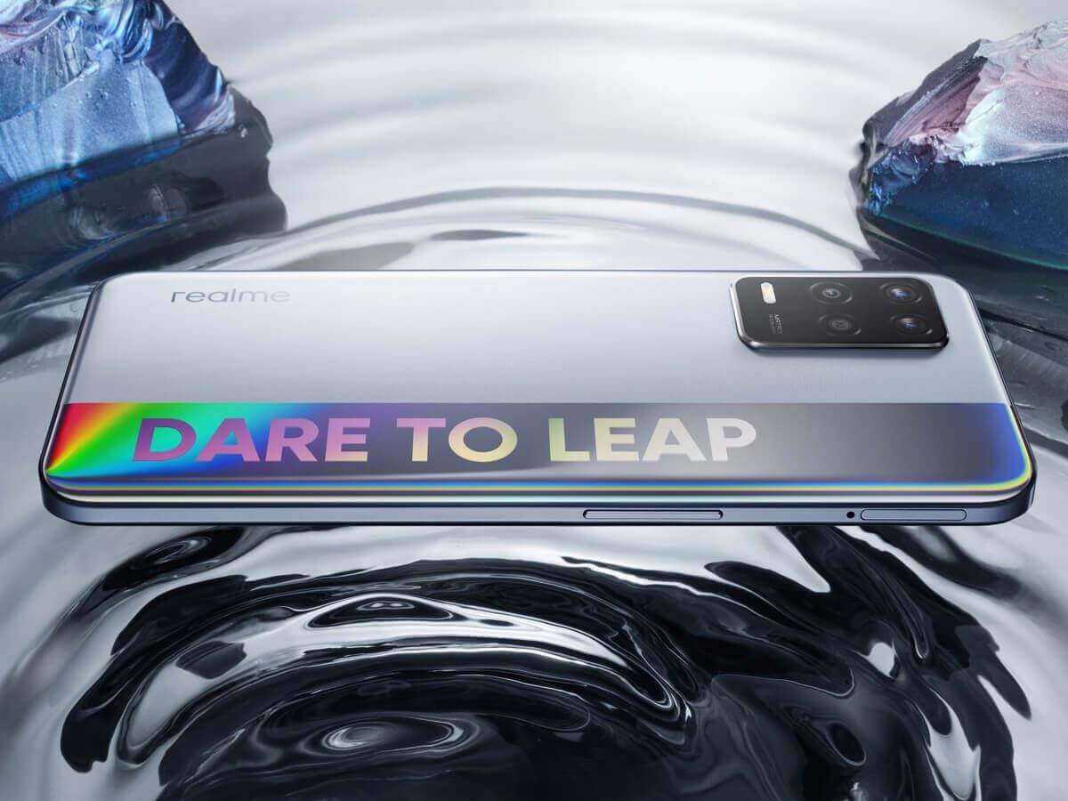 Dare to Leapの文字を背面に配した「realme Q3 5G」